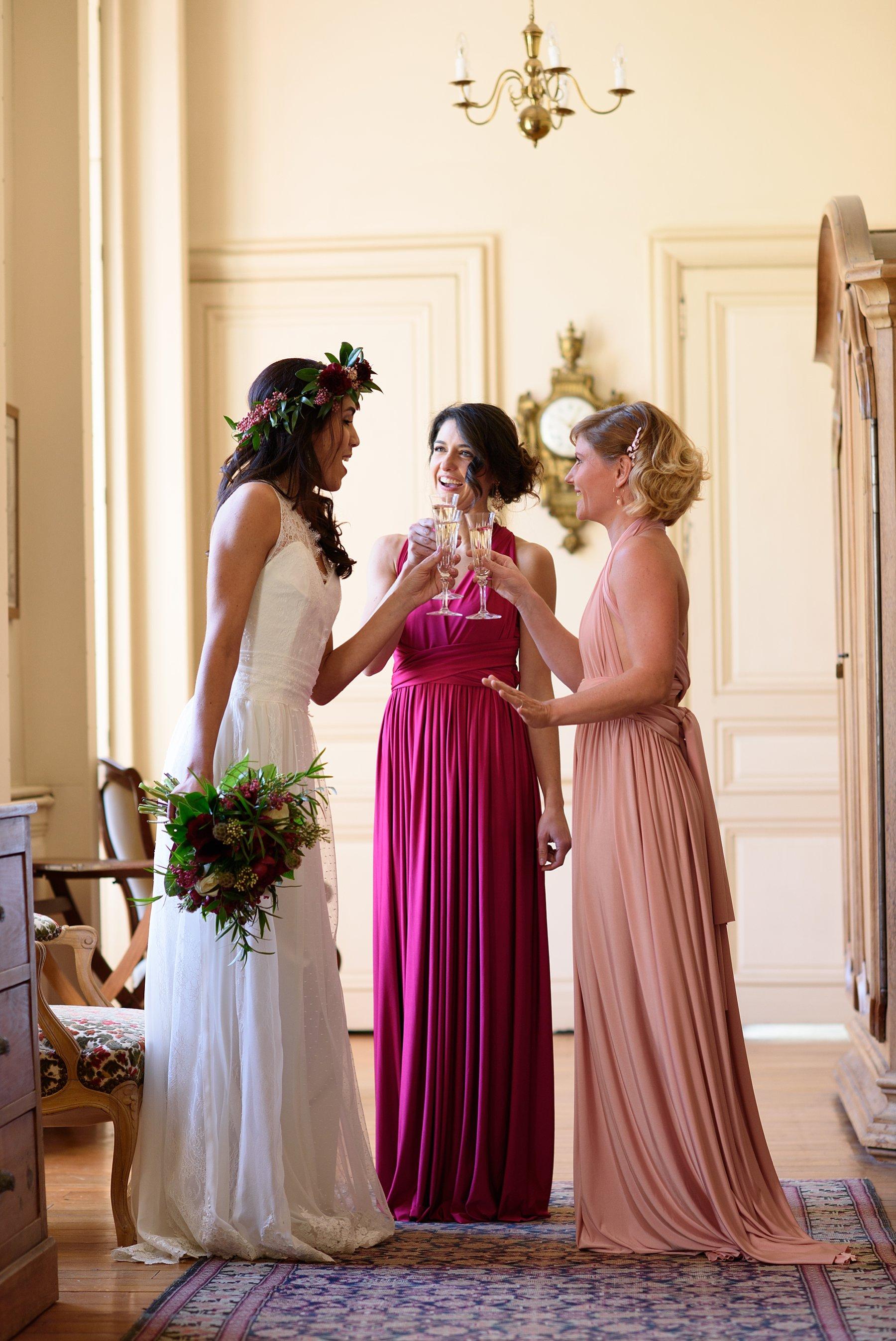 Moment de détente et de partage avec les témoins avant le mariage