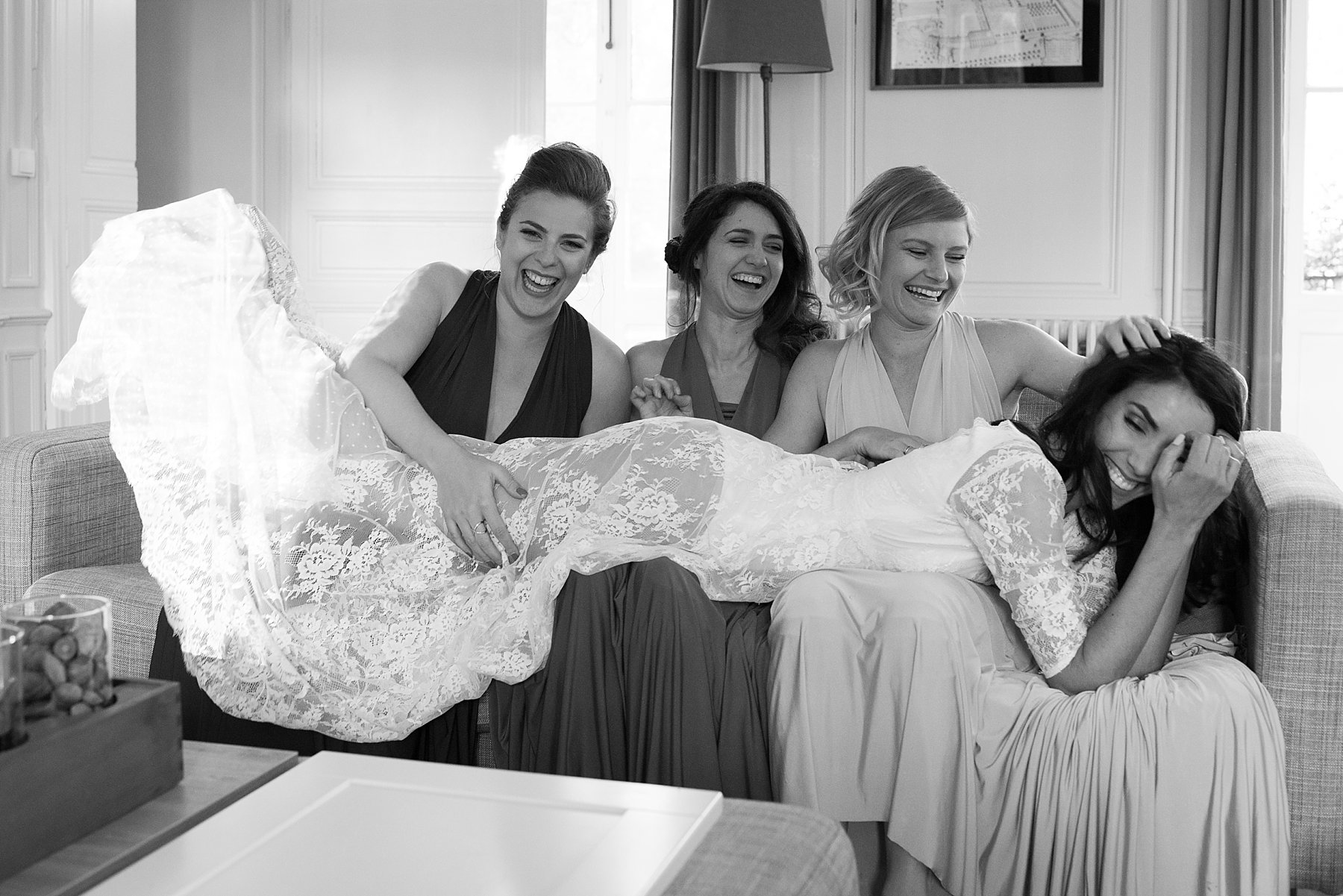 Séance photo de la mariée avec ses témoins après la cérémonie.