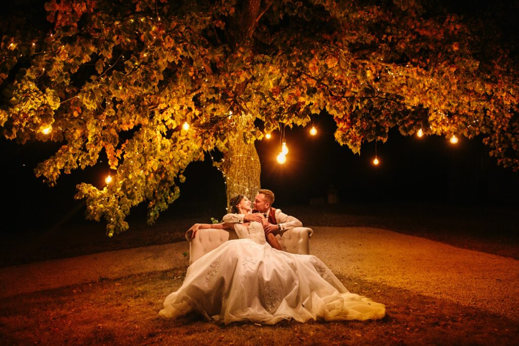 photo de couple de mariage de nuit