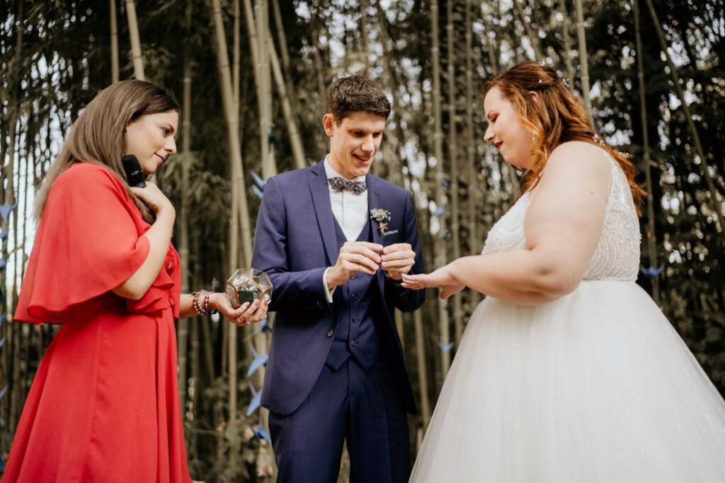 ceremonie laique beaujolais red dress officiante de ceremonie lyon wedding planner lyon organisation mariage beaujolais