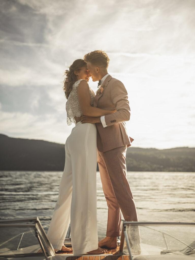 mariage sur l'eau mariage scéance de couple costume rose mariée tenue de la mariée