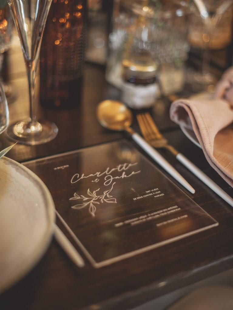 invitation de mariage en plexi mariage décoration mise en avant de l'invitation